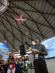 研究團隊現場展示空拍機
