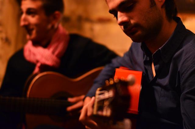 Toque de guitarra en la Bodega Casa del Marqués