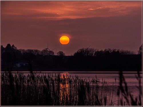 sunset sun lake water reflections germany deutschland see wasser sonnenuntergang hazy sonne januar dunst 2015 spiegelungen pönitzersee ostseeleuchte
