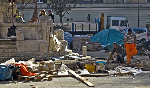 montaggio fontana delle anfore   fervono i lavori rit