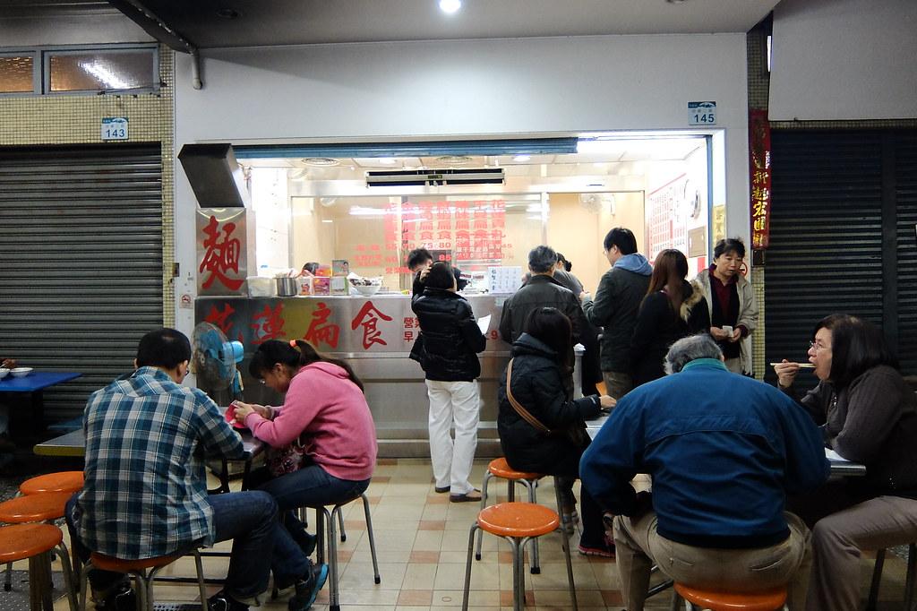瞧!滿滿用餐人潮,有的現場吃有的外帶;隔壁的汕頭陽春麵如果開門,會更多人啊