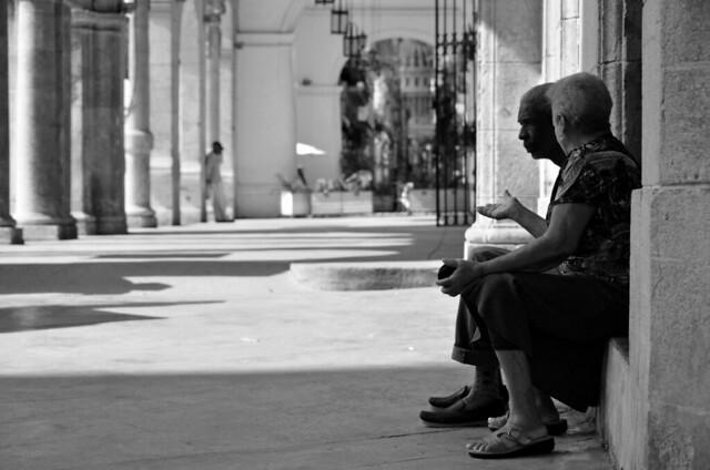 Matrimonio conversando en una plaza de La Habana