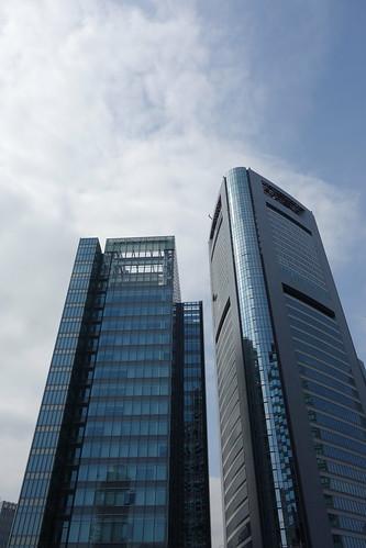 """Shimbashi_12 新橋で撮影した高層ビルディングの写真。 右側に """"汐留メディアタワー"""" と左側に """"トッパンフォームズビル""""。"""