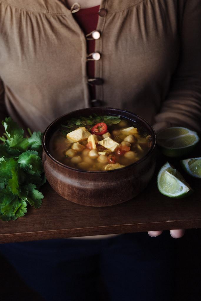 Sopa aromática de grão e frango