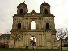 Saint jean d' Angely, église inachevée les 2 tours