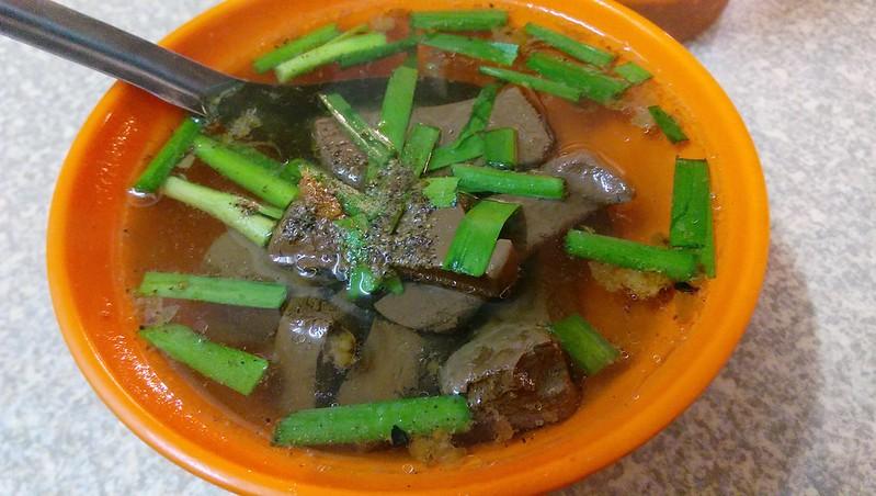 三重三和夜市美食小吃大腸煎豬血湯三和夜市中央市場前好吃的大腸煎三和夜市豬血湯