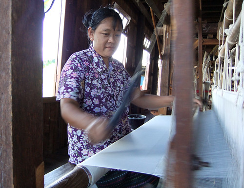 Inle Lake: Weaving Village