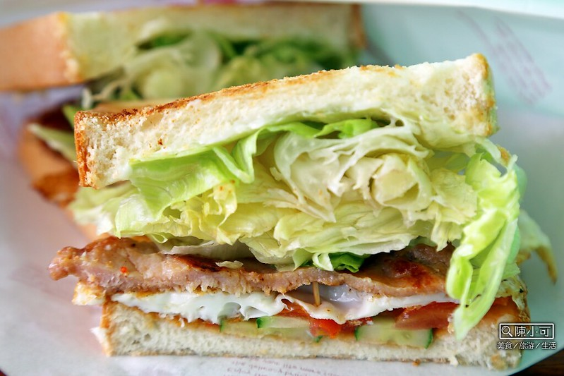 【三重美食小吃】超豐盛的碳烤吐司,捷運菜寮站附近的早午餐店「打飽嗝碳烤三明治 手做甜點」。