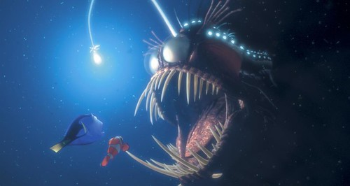 Buscando a Nemo - Dory y Nemo se cruzan con un pez anguila
