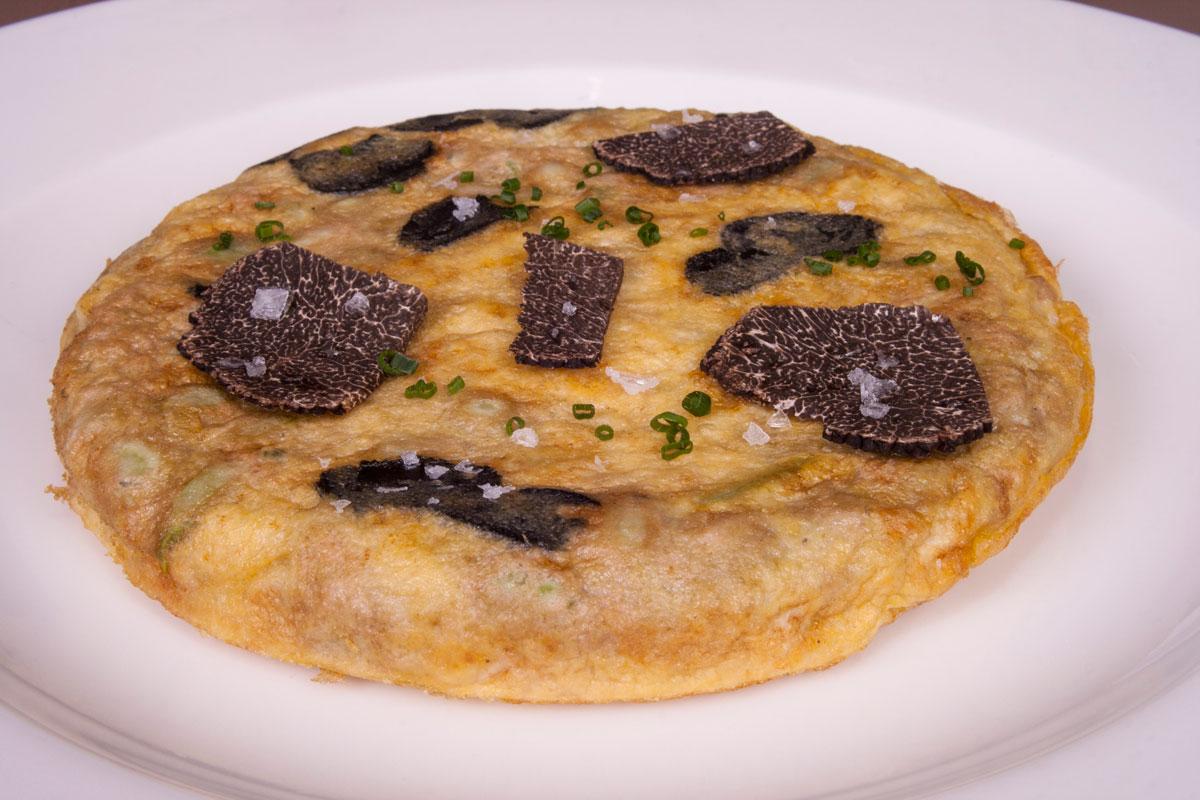 Tortilla de habas y ajos tiernos con trufa