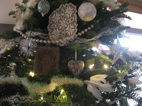 12-07-11-AZ-home-decorated tree-details