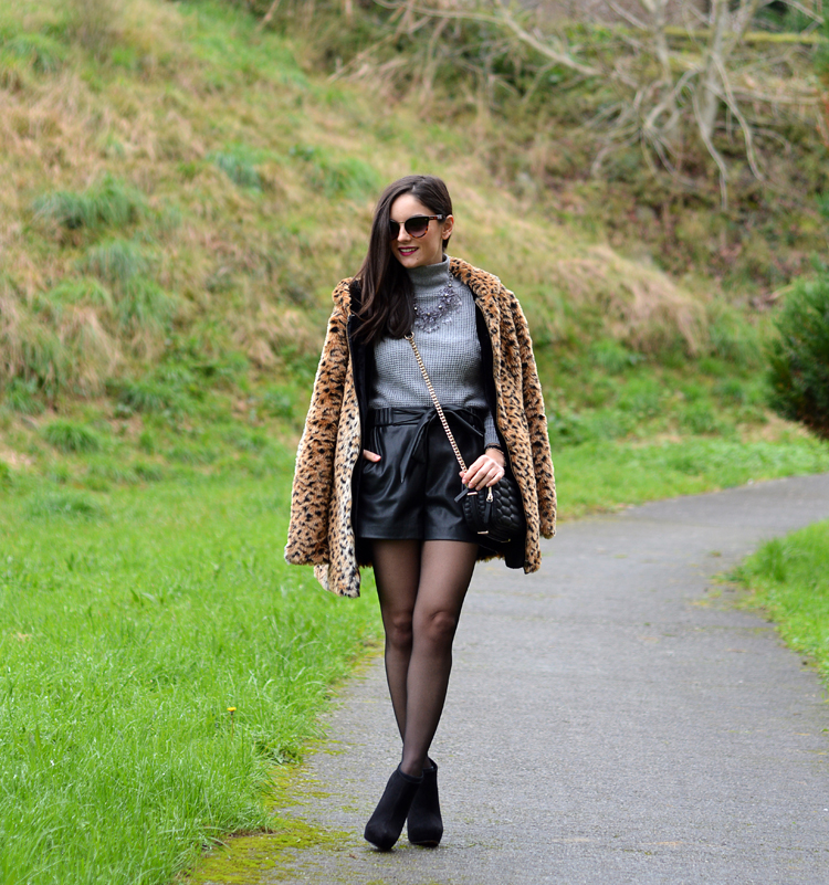 Zara_leopardo_abrigo_botines_stradivarius_bandolera_shorts_04
