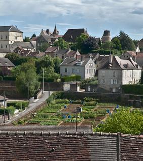 Charrolles, Frankrijk, Bourgondië, regio Charrollais, uitzicht vanaf de vestingwal over daken en groententuinen