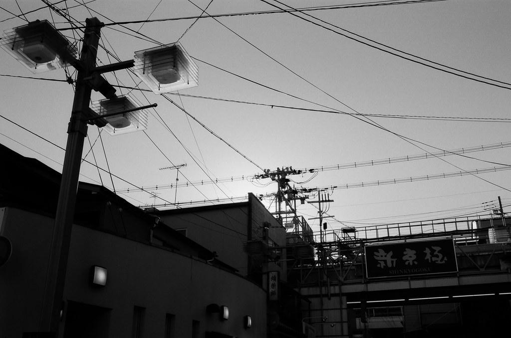 新京極 京都 Kyoto, Japan / Kodak TMAX / Nikon FM2 2015/09/29 離開伏見稻荷後回到了河原町、寺町通這裡,我記得我要去買一個百年老店的布丁,當作今天的生日禮物。  那時候太陽快要下山,寺町通的路線是東西向,可以拍路人的影子。  當然還有可以拍我很喜愛的逆光。  (後來才發現我還滿多逆光的作品)  Nikon FM2 Nikon AI AF Nikkor 35mm F/2D Kodak 100 TMAX Professional ISO 100 1273-0016 Photo by Toomore