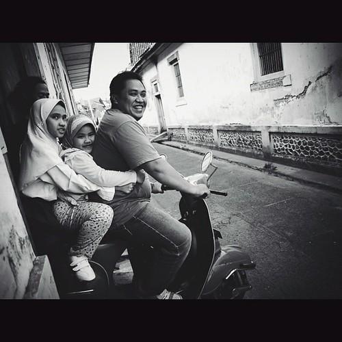 Vespa, Simplify happiness..  #streetphotography #vespa #family #happiness #kotagedhe #yogyakarta #indonesia #erkateinia #erkahar #olympus #ep1 #lumix #14mmf2.5