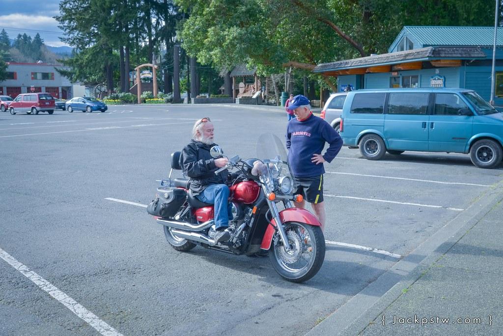 退休的長者騎的哈雷摩托車