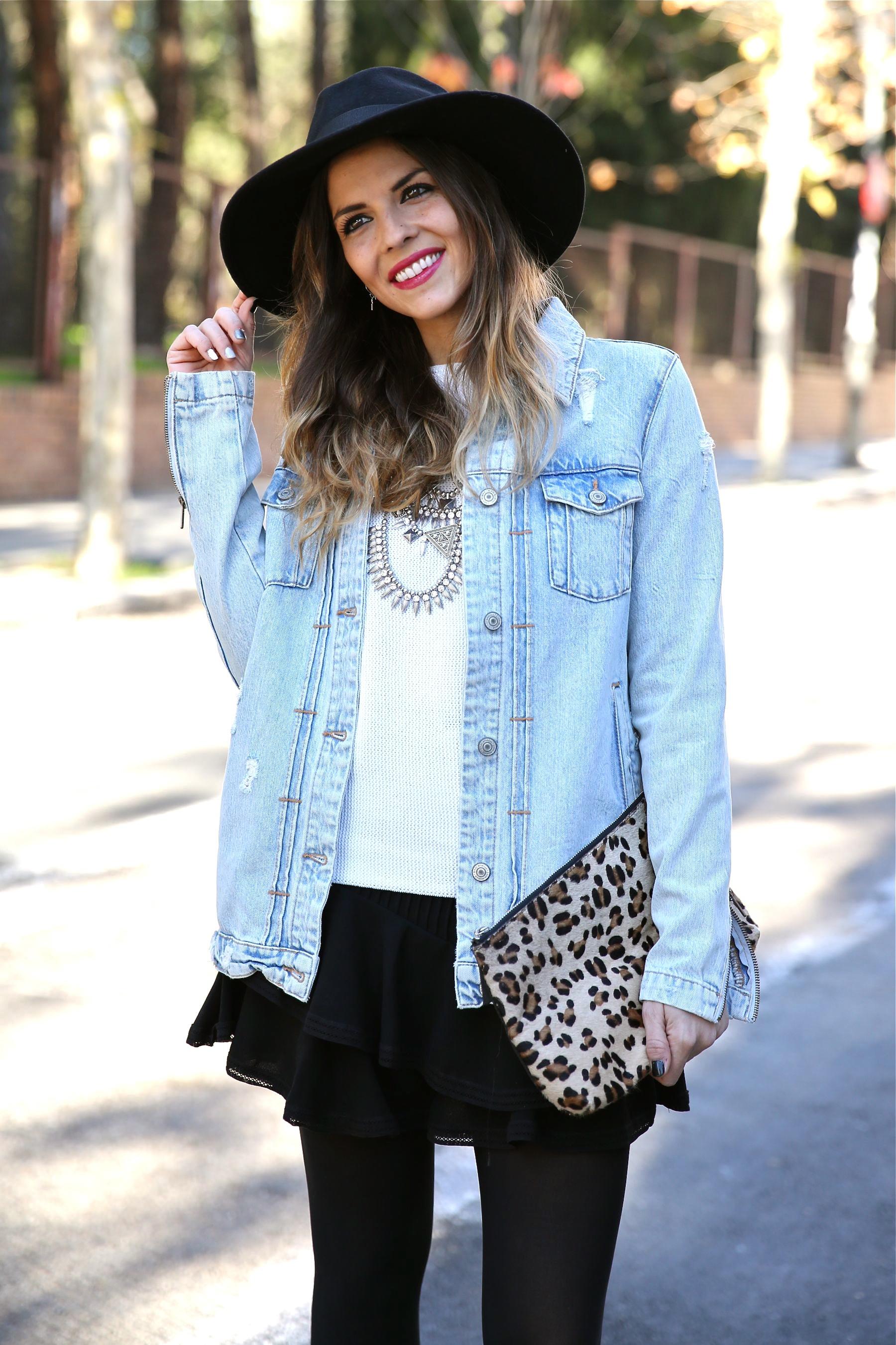 Look boho con chaqueta vaquera, falda, sombrero, clutch leopardo y botas moteras