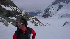 Nasz przewodnik Ian. Po prawej północna sciana Matternhorn.