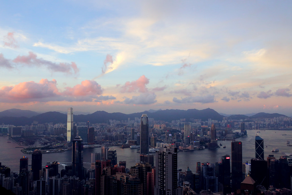 山頂纜車 Hong Kong / Sigma 35mm / Canon 6D 搭山頂纜車上來,不用說,人多到一整個無言,但還是站到一個位置,把整個維多利亞港拍下來。  我比較喜歡黃昏時候的景象,當天色整個暗下來的夜景反而比較沒什麼特別的。   Canon 6D Sigma 35mm F1.4 DG HSM Art IMG_2096 Photo by Toomore