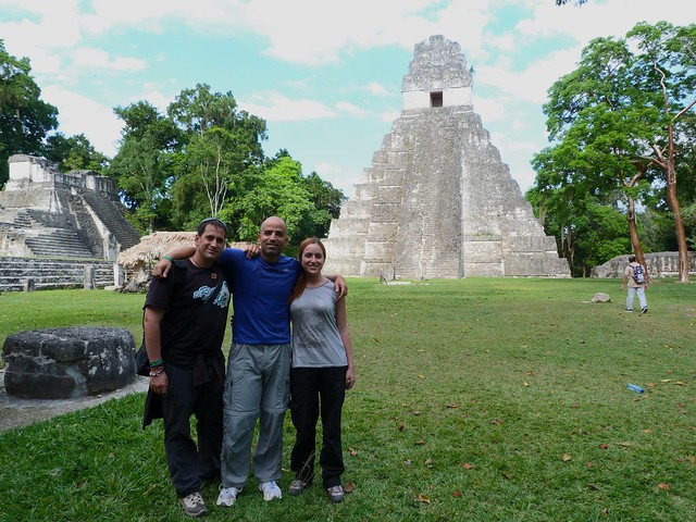 De derecha a izquierda en Tikal: Inés, David y Sele