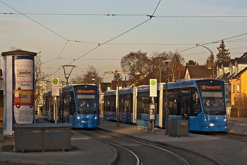 Ein Avenio-Treffen, wie hier an der St.-Veit-Staße, wird in Zukunft immer häufiger. Inzwischen ist auch Wagen 2808 für den Fahrgastbetrieb zugelassen.