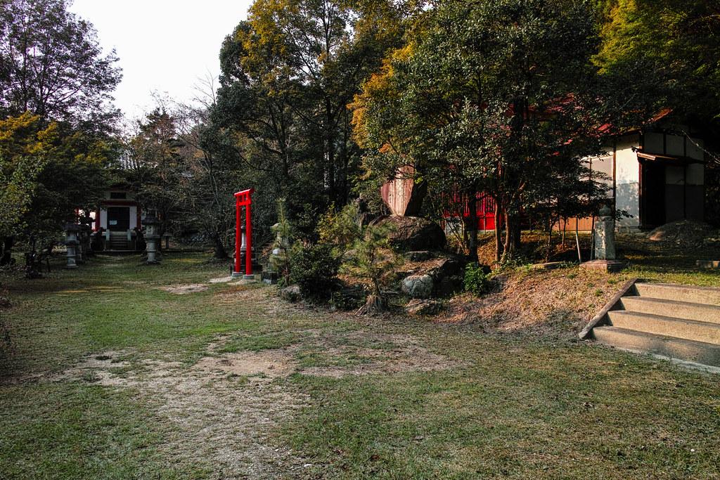 六角堂や稲荷神社などがある広場