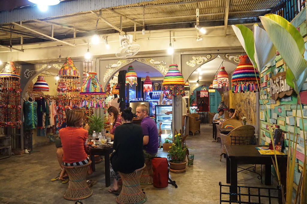 hangout cafes in Pai night market