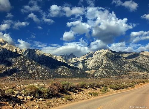california blue sky usa mountain clouds america blauw wolken hills vs bergen mountwhitney sierranevada amerika lonepine owensvalley alabamahills lonepinepeak gebergte heuvels thestates inyocounty wolkenlucht verenigdestaten californië