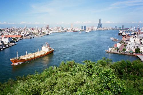 高雄港是台灣重要的貿易港口。島國的宿命就是要跟隨著全球脈動。圖片來源:KinghaChou