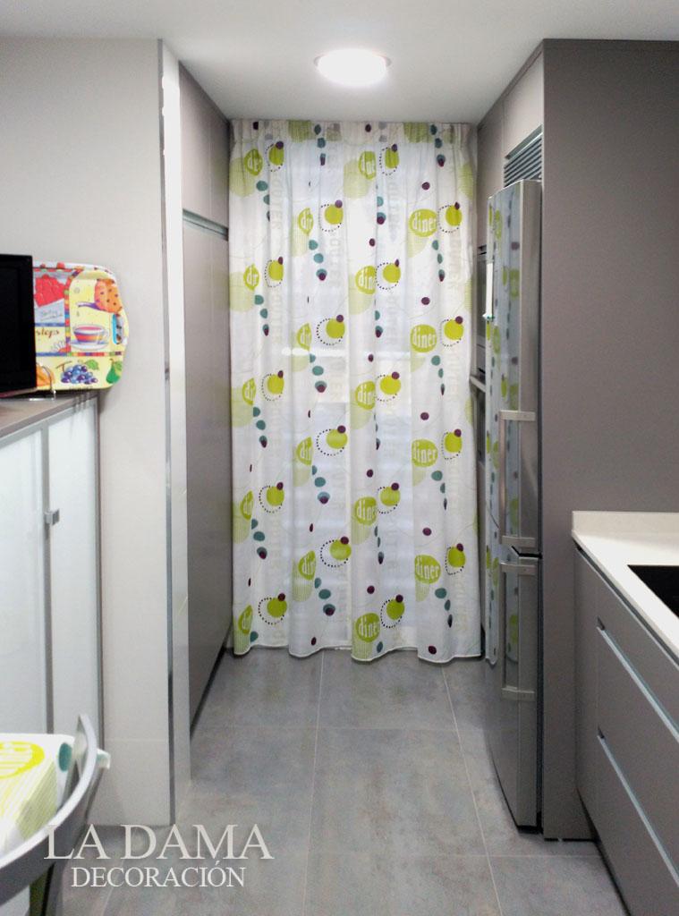 Fotograf as de cortinas de cocina la dama decoraci n - Cortinas puerta cocina ...
