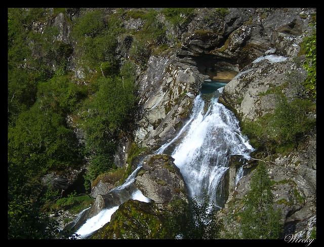 Fiordos noruegos Storfjord Geiranger Hellesylt Briksdal Loen - Cascada en descenso del glaciar de Briksdal
