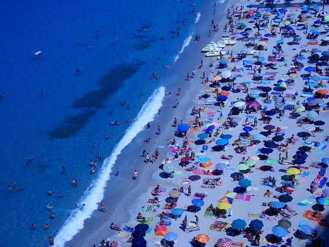 Vue plongeante d'une plage calabraise