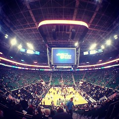 First hand of the season. Just a ten minutes before tipoff. #NOPatUTA