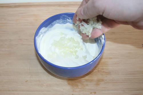 21 - Zwiebelwürfel dazu geben / Add onion dices