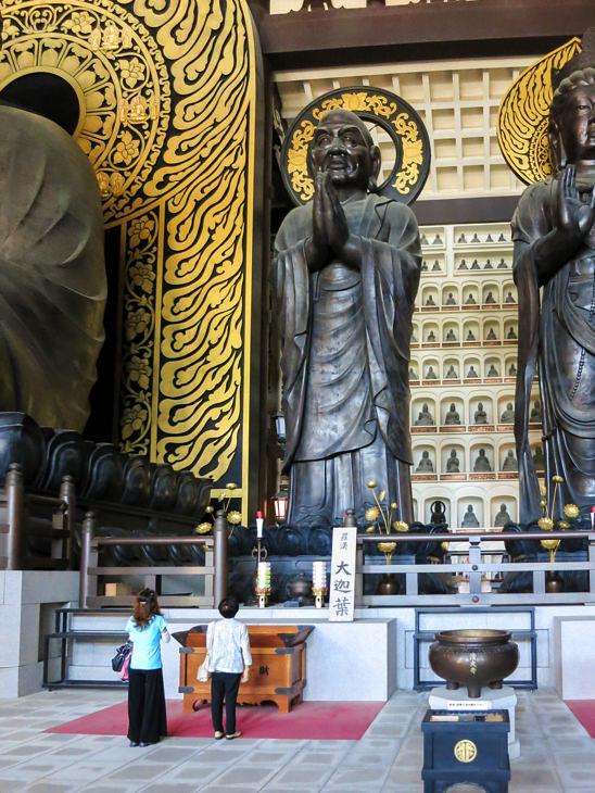 反対側の立像