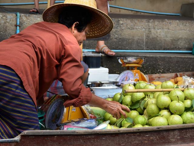 Comprando frutas en Damnoen Saduak