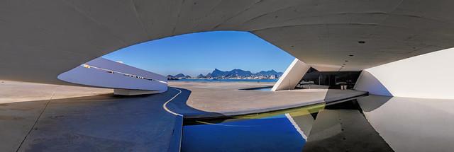 No Caminho Niemeyer vendo o Rio de Janeiro ao fundo do outro lada da Baía de Guanabara... Niterói, RJ, Brasil.