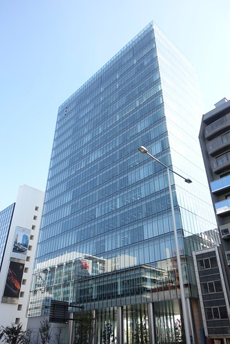 "Aoyama_5 青山にある高層ビルディングを撮影した写真。 ""TK南青山ビル""。 全面ガラス張りの綺麗な建物。"