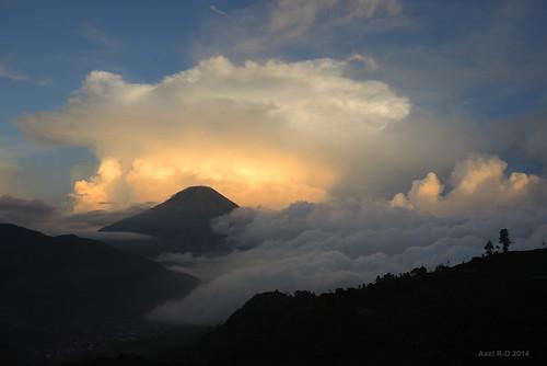 sunset mountain indonesia volcano java nuages montagnes volcan diengplateau jawatengahcentraljava gunungsindoro