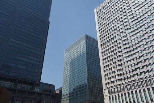 """Tokyo_2 東京都丸の内の高層ビルディング群を撮影した写真。 左は """"新丸の内ビルディング"""" で中央は """"三菱UFJ信託銀行本店ビル"""" 、右は """"日本生命丸の内ビル"""" である。"""