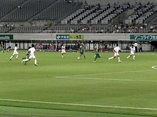 76分、飯尾選手(中央)から右サイドでパスを受けた安田選手がグランダーのボールを供給、逆サイドに走っていた高原選手(写真右)が決めて逆転!