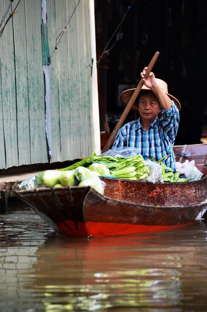 Mercader remando por los canales de Damnoen Saduak