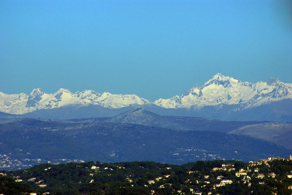 Vue sur les Alpes enneigées depuis le Mont San Peyre