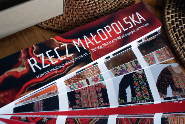 """""""Livre"""" de motifs cracoviens et montagnards au musée ethnographique de Cracovie."""