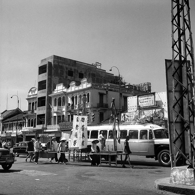 CHOLON 1961 - Đường Tổng Đốc Phương. Bên phải ảnh, phía sau xe đò là Rạp CASINO