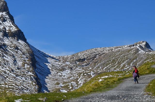 Caminando entre montañas para ir al lago Bachalpsee
