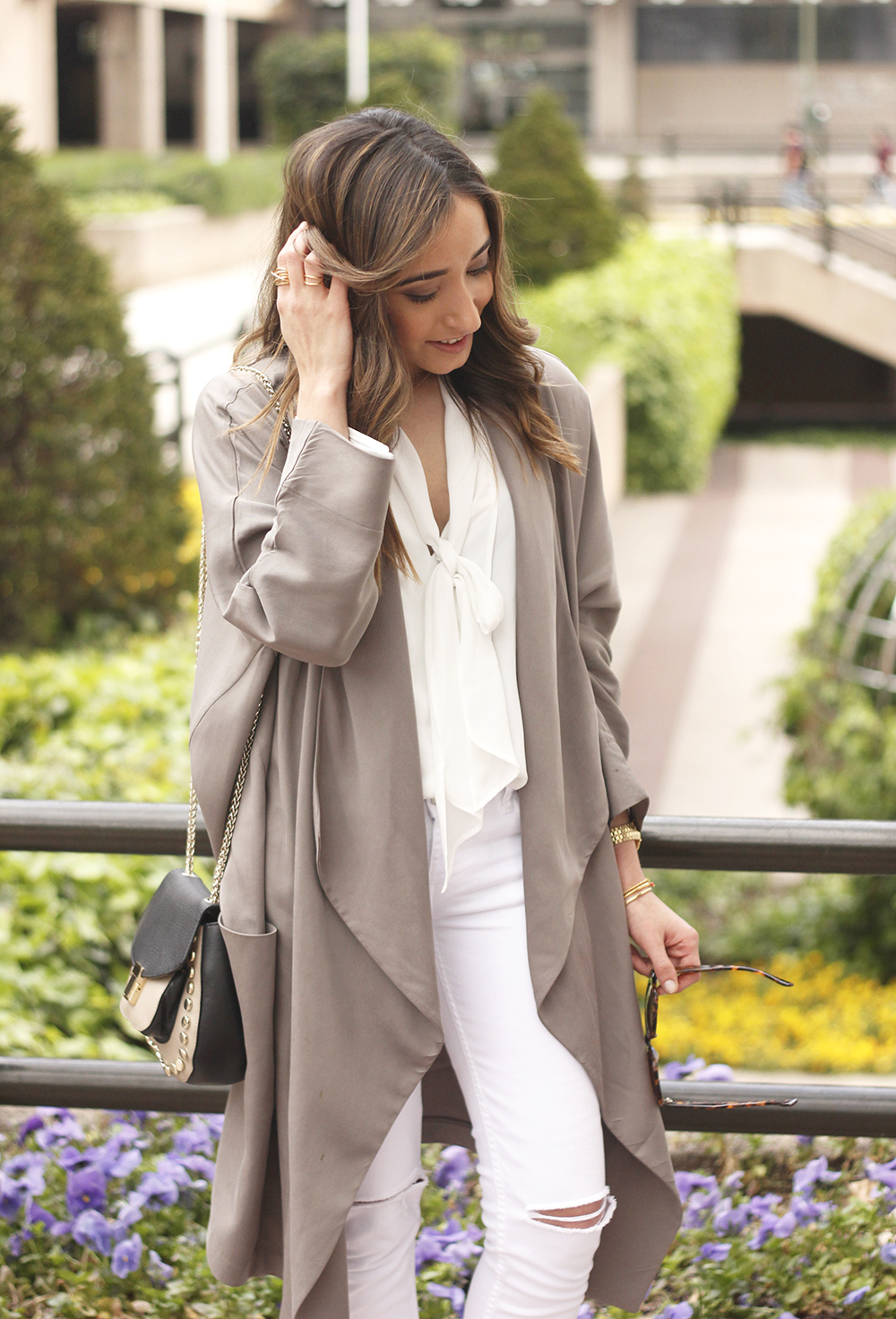 grey and white outfit trench spring streetstyle sunnies nude heels ripped jeans21