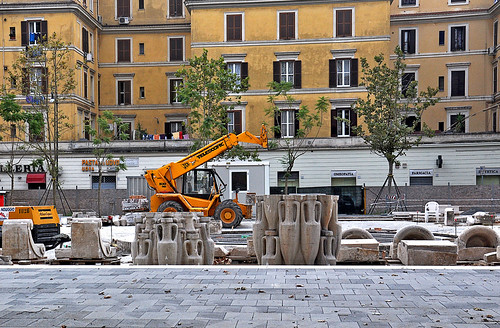 blocchi di anfore pronti per il montaggio della fontana liv