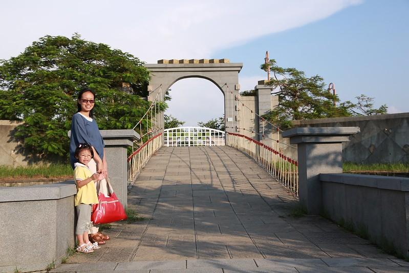 小姐寶妹在橋上拍照