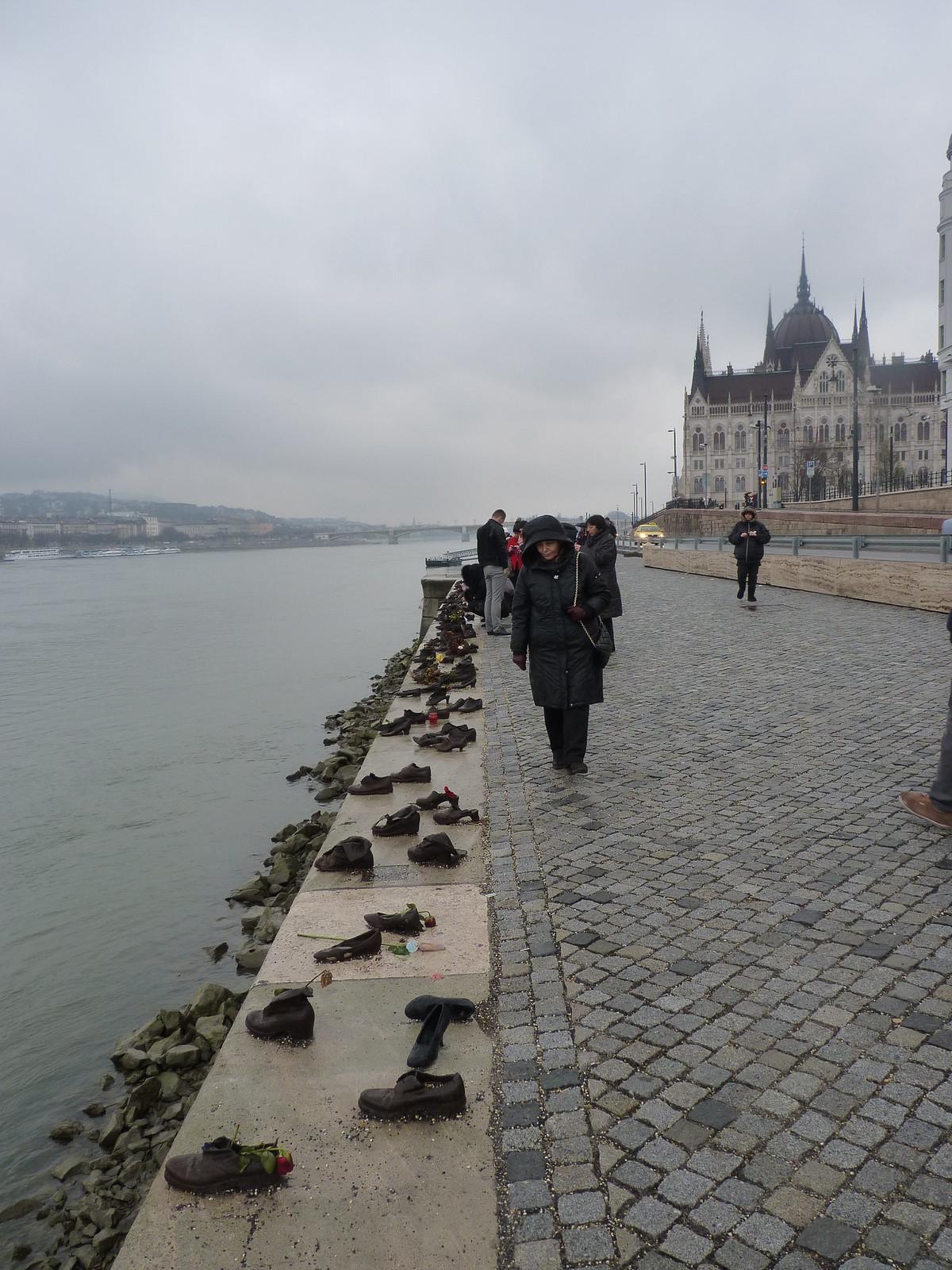 Mahnmal, hier wurden im zweiten Weltkrieg Juden in die Donau gestossen.